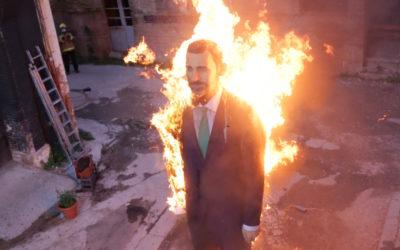 Gli artisti Sierra e Merino bruciano a Barcellona la grande statua Re Felipe VI
